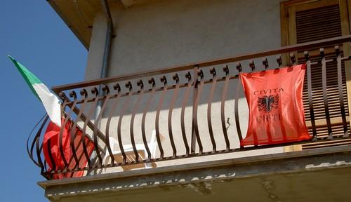 Vlaggen van Albanië en Italië gebroederlijk naast elkaar