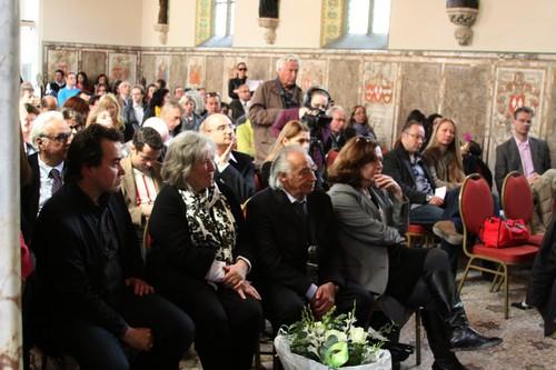 een bomvolle kapel van kasteel de haar met vrienden en familie van Mario Uva