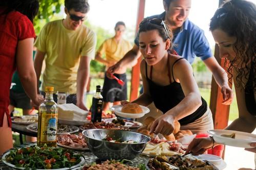 Genieten met vrienden van een heerlijke maaltijd in Italië