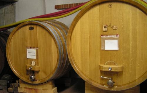 Houten wijnvaten in Pira, Piemonte