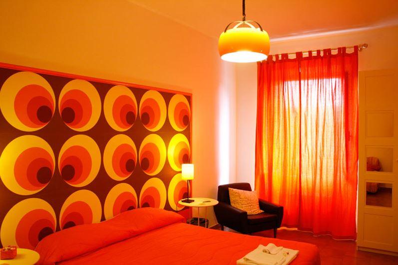 oranje hotelkamer italie