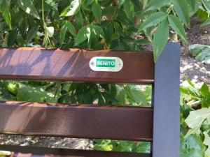 Een saillant detail in de tuinen van het paleis. Bakjes van het merk Benito....