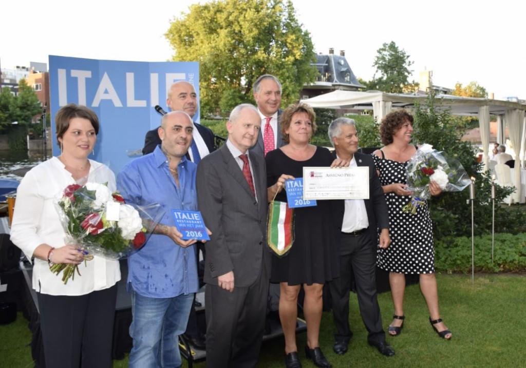 Alle winnaar op een rij geflankeerd door Roberto Payer van het Hilton, Paul van Eindhoven van Italië Magazine en de Italiaanse ambassadeur Andrea Perugini